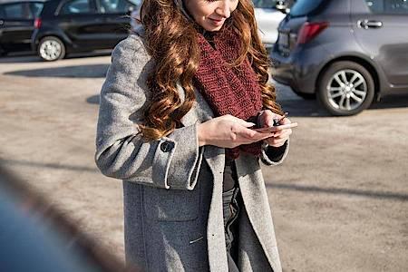 Die App weißBescheid: Das Smartphone kann Autofahrerinnen und Autofahrern dabei helfen, den geparktenWagen wiederzufinden. Foto: Christin Klose/dpa-tmn