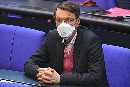 Karl Lauterbach (SPD), Gesundheitsexperte, nimmt der Sitzung des Bundestags teil. Foto: Michael Kappeler/dpa