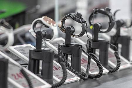 Uhren in einem der Elektromarkt. Die traditionelle Armbanduhr verliert angesichts der digitalen Konkurrenz durch Apple Watch und Co. bei vielen Verbrauchern ihren Platz am Handgelenk. Foto: Armin Weigel/dpa