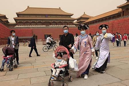 Chinas Bevölkerung wächst auf insgesamt 1,41 Milliarden. Doch das Wachstum verlangsamt sich. Foto: Ng Han Guan/AP/dpa