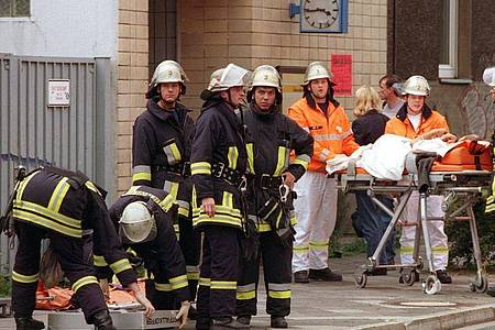 Das Archivbild zeigt Rettungskräfte bei der Versorgung von Verletzten vor dem S-Bahnhof Wehrhahn im Juli 2000. Foto: Christian Ohlig/dpa