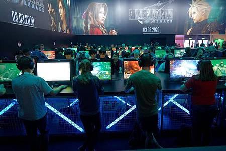 Gerade jüngere Menschen schauen sich gern andere Spieler in Gaming-Livestreams an. Foto: Henning Kaiser/dpa
