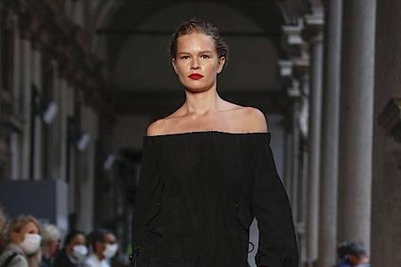 Schlichte Eleganz bei Max Mara: ganz in Schwarz. Foto: Antonio Calanni/AP/dpa