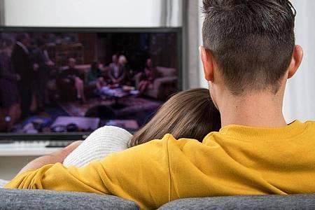 Freizeit als Fernsehzeit: Im Corona-Jahr 2020 haben viele Menschen ein neues, großes TV-Gerät gekauft. Foto: Christin Klose/dpa-tmn