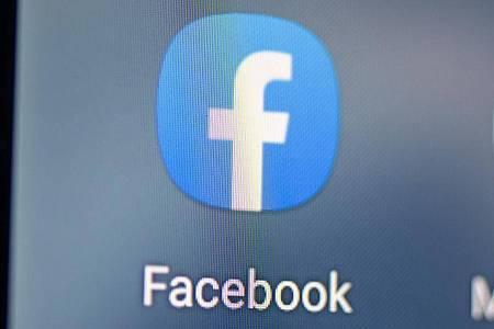 Auf dem Bildschirm eines Smartphones sieht man das Logo der Facebook-App. Foto: Fabian Sommer/dpa