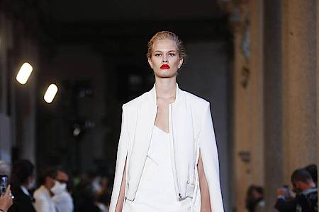 Schlichte Eleganz bei Max Mara: ganz in Weiß. Foto: Antonio Calanni/AP/dpa