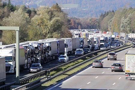 Lastwagen an Lastwagen im Inntal auf der Autobahn 8 in Richtung Österreich. Foto: Josef Reisner/dpa