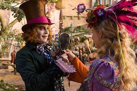 Der Hutmacher (Johnny Depp) und Alice (Mia Wasikowska). Foto: Peter Mountain/ProSieben/dpa