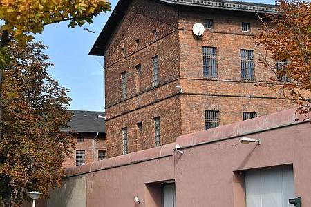 Blick auf die Hauptanstalt der Justizvollzugsanstalt in Halle/Saale. Dort saß Stephan B. von Halle bisher in Untersuchungshaft - und unternahm einen Fluchtversuch. Foto: Hendrik Schmidt/dpa-Zentralbild/dpa