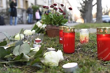Blumen und Kerzen stehen am Tatort, an dem am 21. März 2019 ein Siebenjähriger getötet wurde. Foto: Georgios Kefalas/KEYSTONE/dpa