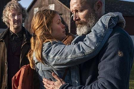 Mads Mikkelsen (r) als Markus und Andrea Heick Gadeberg als Mathilde in «Helden der Wahrscheinlichkeit». Foto: -/Zentropa Entertainments3 ApS & Zentropa Sweden AB/dpa