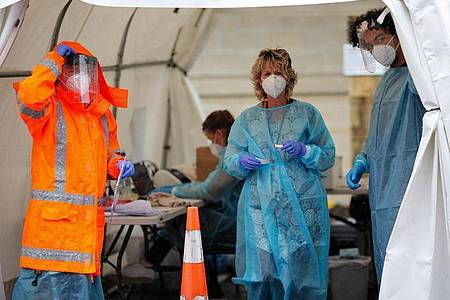 Medizinisches Personal in einem temporären COVID-19-Testgelände im neuseeländischen Auckland. Foto: Zhao Gang/XinHua/dpa