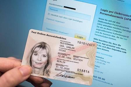 Für das Beantragen eines neuen Personalausweises müssen Bürger in der Regel immer noch aufs Amt. Foto: Ole Spata/dpa-tmn