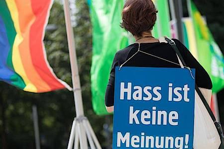 Wer online Hassbotschaften verbreitet oder Menschen bedroht, muss künftig mit schärferer Verfolgung rechnen. Foto: Frank Rumpenhorst/dpa
