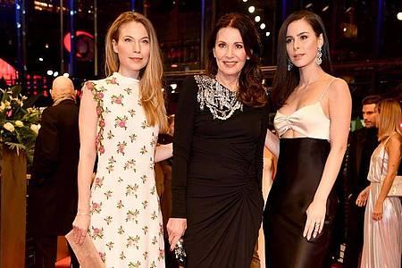Die Schauspielerin Nora Waldstätten (l-r) neben ihrer Kollegin Iris Berben und der Sängerin Lena Meyer-Landrut. Foto: Jens Kalaene/dpa-Zentralbild/dpa
