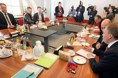 Vertreter von Die Linke, SPD, Bündnis 90/Die Grünen und CDU sitzen bereits am 19. Februar für Gespräche zusammen. Foto: Bodo Schackow/dpa-Zentralbild/dpa