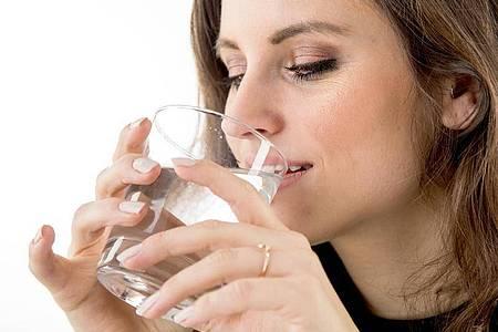 Mindestens zwei Liter Wasser am Tag trinken - das kann die Haut beim Entschlacken unterstützen. Foto: Christin Klose/dpa-tmn