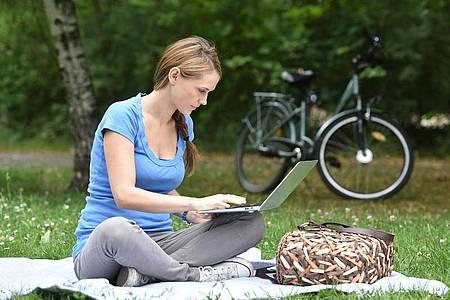 Es muss nicht immer um Berufliches gehen. Viele nutzen VPN-Sicherungen, um auch privat sicherer im Netz unterwegs zu sein. Foto: Jens Kalaene/dpa-tmn