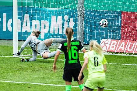Wolfsburg-Keeperin Friederike Abt (l) kann das 3:3 von Irini Ioannidou kurz vor Schluss nicht verhindern. Foto: Marcel Kusch/dpa