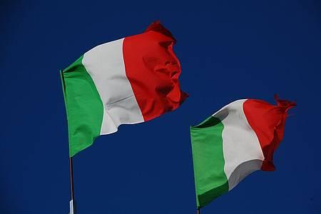 zwei Fahnen in grün, weiß, rot wehen im Wind