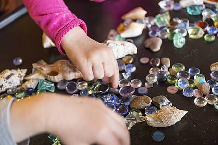 Kinder spielen mit Glasperlen / BEschäftigungs-Tipps