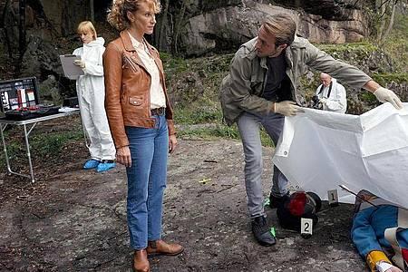 Kommissarin Sonja Schwarz (Chiara Schoras) und ihr Kollege Jonas (Gabriel Raab)klären einen Mord am Penser Joch auf. Foto: Hans-Joachim Pfeiffer/ARD Degeto/dpa