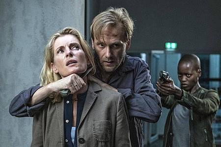 """Charlotte Lindholm (Maria Furtwängler, l-r), Benno (Matthias Lier) und Anais (Florence Kasumba) in einer Szene aus """"Tatort: Krieg im Kopf"""". Foto: Marion von der Mehden/NDR/dpa"""