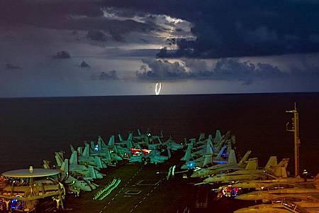 Militärjets stehen auf dem Flugdeck des Flugzeugträgers USS Nimitz (CVN 68) im Südchinesischen Meer während eines Gewitters. Die «USS Nimitz» und die «USS Ronald Reagan» führen als Nimitz Carrier Strike Force Dual Carrier-Operationen im Südchinesischen Me