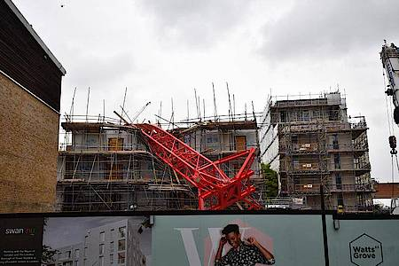 Der Kran stürzte auf einim Bau befindliches Mehrfamilienhaus und zwei Reihenhäuser. Foto: Victoria Jones/PA Wire/dpa