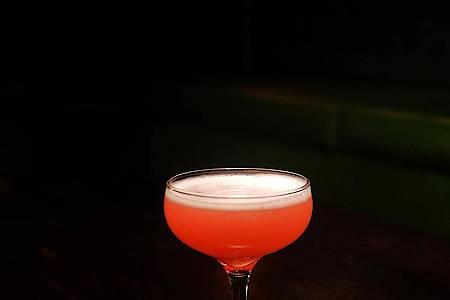 Der Cosmo 1934 von Barkeeper Eric Bergmann geht so: 5 cl 47-prozentigen London Dry Gin, 2 cl frisch gepressten Zitronensaft, 1 cl Bitterorangenlikör und 1 cl Himbeersirup. Alles auf Eis shaken und durch ein feines Sieb in eine Champagnerschale gießen. Fot