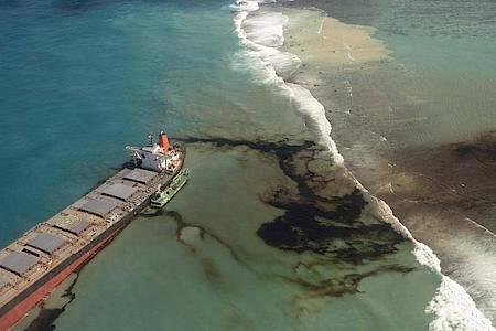 Öl läuft aus dem Frachter «Wakashio» in den Indischen Ozean vor der Ostküste von Mauritius. Foto: Gwendoline Defente/Etat Major des Armees/AP/dpa
