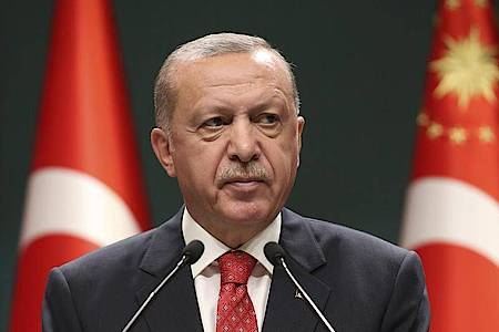 Recep Tayyip Erdogan, Präsident der Türkei, spricht nach einer Kabinettssitzung. Foto: -/Turkish Presidency/AP/dpa