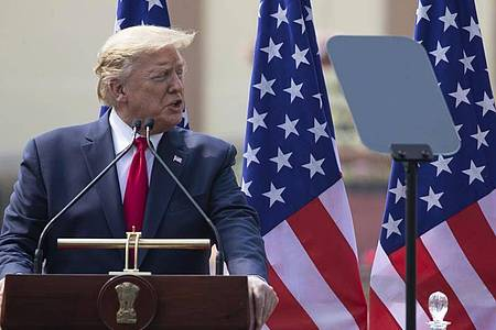 US-Präsident Donald Trump warnt auch bei seinem Staatsbesuch in Indien vor Gefahren beim Aufbau des neuen 5G-Mobilfunknetzes - und meint damit Huawei. Foto: Alex Brandon/AP/dpa