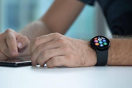 So richtig einrichten lässt sich die Galaxy Watch 4 nur mit der passenden App Samsung Wearable. Foto: Franziska Gabbert/dpa-tmn