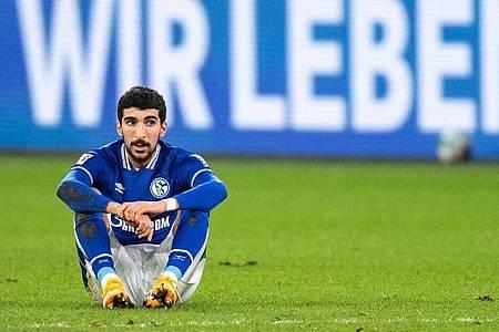 Enttäuscht sitzt Schalkes Nassim Boujellab nach der Partie auf dem Platz. S04 beendet die Hinrunde auf dem letzten Platz. Foto: Marius Becker/dpa