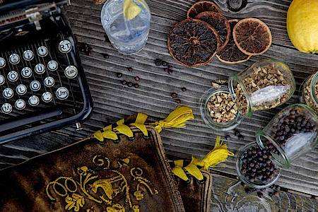 Für die Garnitur eines Gin-Drinks sollte man eine Zutat nehmen, die das vorherrschende Aroma des Gins widerspiegelt:etwa Zesten von Zitronen- oder Orangenschalen oder beim klassischen Gin einen gemahlenen Hauch getrockneter Wacholderbeeren. Foto: Lantenh