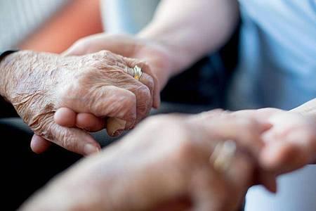 Beim Gespräch mit Alzheimer-Erkrankten sollten Angehörige langsam und in einfacher Sprache sprechen. Foto: Tom Weller/dpa/dpa-tmn