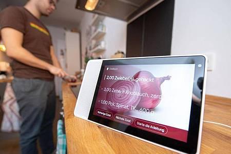 Praktische Küchenhilfe ohne Anfassen:Mit Tablets oder Smart Displays plaudert man einfach übers Rezept oder lässt sich Anweisungen geben. Foto: Andrea Warnecke/dpa-tmn
