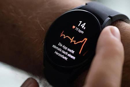 Die Galaxy Watch 4 kann auch ein kleines EKG messen - allerdings momentan nur mit Samsung-Smartphones. Foto: Franziska Gabbert/dpa-tmn