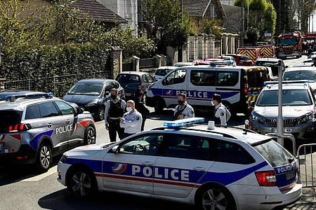 Polizisten sperren eine Straße in der Nähe einer Polizeistation in Rambouillet, nachdem eine Mitarbeiterin dort getötet worden ist. Foto: Bertrand Guay/AFP/dpa