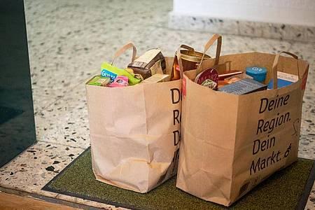 Im Netz bestellt, an die Haustür geliefert: Unter anderem Lebensmittel und Haushaltswaren haben in der Gunst der Onlineshopper seit Pandemiebeginn deutlich zugelegt. Foto: Catherine Waibel/dpa-tmn