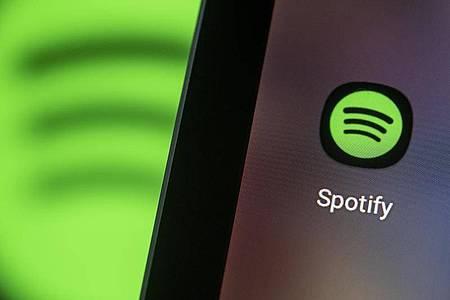 Der Musikstreaming-Marktführer Spotify erntet die ersten Früchte seiner Podcast-Offensive. Foto: Fabian Sommer/dpa