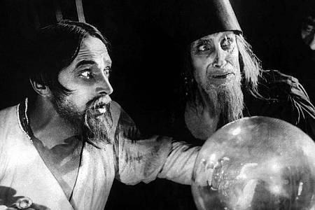 Szene aus dem restaurierten Stummfilm «Das Wachsfigurenkabinett» mit Ivan dem Schrecklichen (l.) (Conrad Veidt). Foto: Deutsche Kinemathek/ Arte/ZDF/dpa