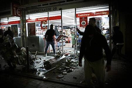 Krawallmacher hatten vor gut zwei Wochen Teile der Stuttgarter Innenstadt verwüstet, Polizisten verletzt und Geschäfte geplündert. Foto: Julian Rettig/dpa