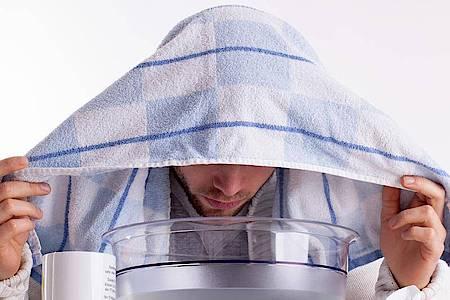 Tief einatmen: Inhalieren kann Betroffenen bei den ersten Anzeichen einer Nasennebenhöhlenentzündung helfen. Foto: Christin Klose/dpa-tmn