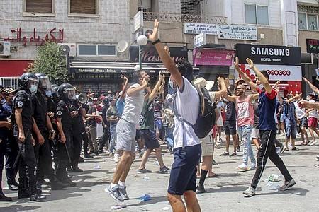 In mehreren tunesischen Städten sind teils gewaltsame Proteste ausgebrochen. Die Demonstranten bringen ihre Wut über die Verschlechterung des Gesundheits-, Wirtschafts- und Sozialsystems des Landes zum Ausdruck. Foto: Hassene Dridi/AP/dpa