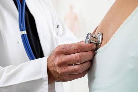 Vor dem Wiedereinstieg ins Training nach Covid-19 sollte man gesundheitliche Risiken bei einem ärztlichen Check abklären lassen. Foto: Christin Klose/dpa-tmn