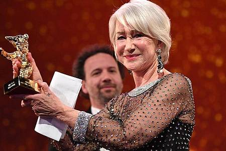 Der Goldene Ehrenbär wird Helen Mirren verliehen. Foto: Britta Pedersen/dpa-Zentralbild/dpa