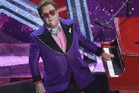 Elton John hat sich verletzt und kann erst einmal nicht auftreten. Foto: Chris Pizzello/Invision/AP/dpa