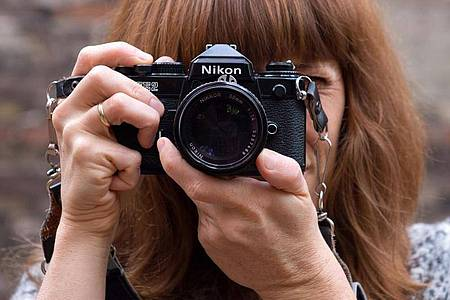 Mit analogen Kameras entschleunigt man das Fotografieren. Durch den Film ist die Zahl der Bilder begrenzt, also knipst man nicht einfach drauf los. Foto: Andrea Warnecke/dpa-tmn